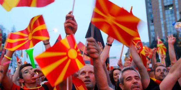 マケドニアの首都スコピエで国名変更の「妥協案」に抗議する野党支持者=2018年6月2日、REUTERS/Ognen