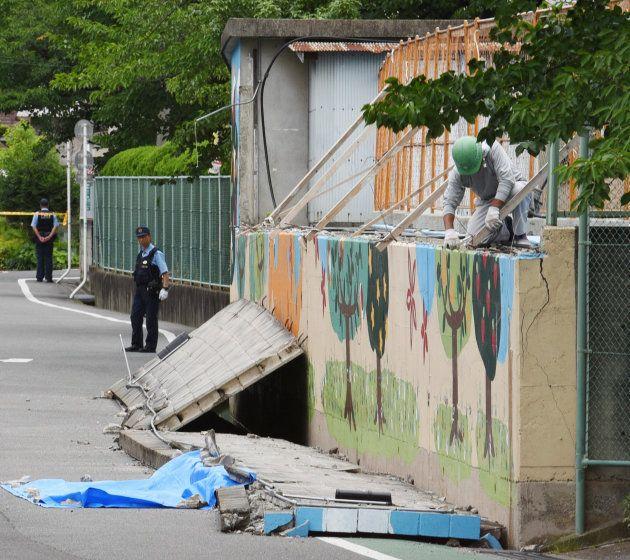 地震で倒壊し、下敷きとなった女児が死亡した市立寿栄小学校のプール外壁=18日午前、大阪府高槻市 撮影日:2018年06月18日