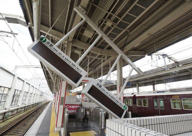 地震の影響で傾いた駅の電光掲示板=18日午前、大阪府茨木市の阪急茨木市駅 撮影日:2018年06月18日
