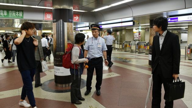 淀屋橋駅で乗客に応対する駅員(中央)=18日午前、大阪市 撮影日:2018年06月18日