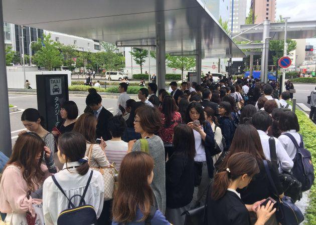 地震の影響で電車が運転見合わせとなり、JR大阪駅前のタクシー乗り場に並ぶ人々=18日午前、大阪市北区 撮影日:2018年06月18日