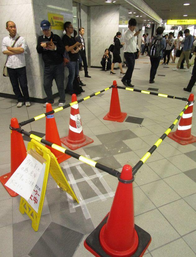 床のタイルに割れが見つかった梅田駅御堂筋南口=18日午前8時半ごろ、大阪市 撮影日:2018年06月18日