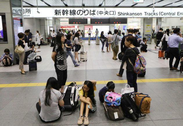 地震の影響で運転再開のめどが立たず、新幹線の改札前で途方に暮れる利用客=18日午前9時19分、JR新大阪駅 撮影日:2018年06月18日