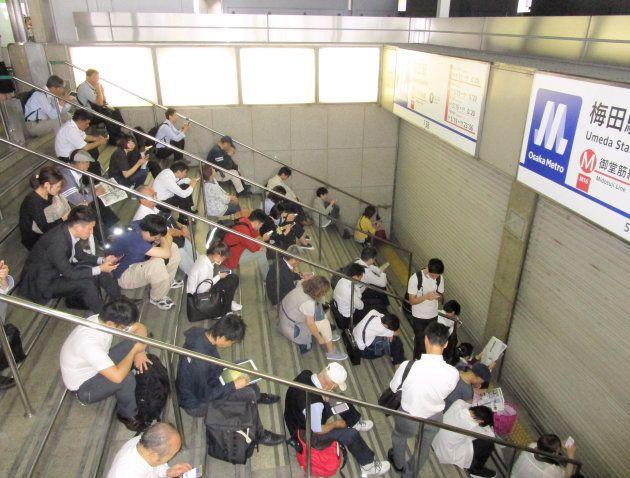 地下鉄の運行再開を待って御堂筋線梅田駅前に並ぶ人たち=18日午前9時45分、大阪市北区 撮影日:2018年06月18日