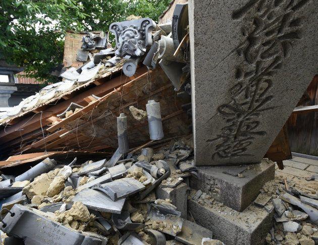 地震で倒壊した寺の門=18日午後、大阪府茨木市 撮影日:2018年06月18日