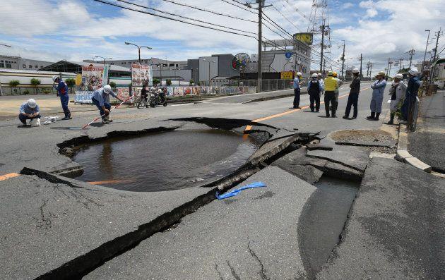 地震で陥没した道路=18日午後、大阪府高槻市 撮影日:2018年06月18日
