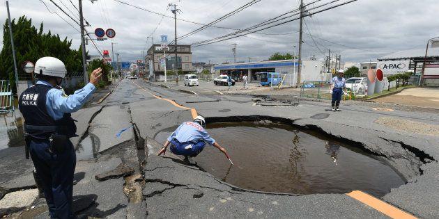 地震で陥没した道路=6月18日午後、大阪府高槻市