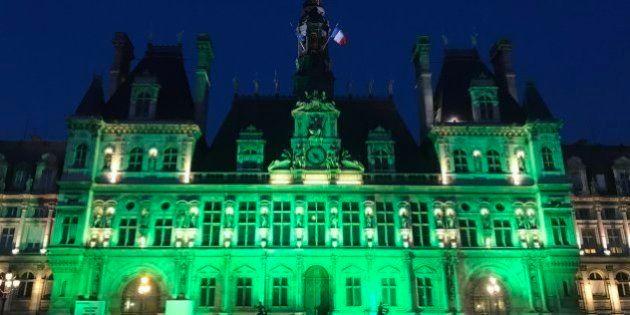 トランプ大統領の「パリ協定」離脱表明を受けて、緑に染まったパリ市庁舎