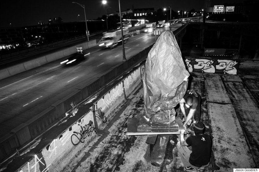 「裸のトランプ像」をお見せするのは申し訳ない。本当に、本当に申し訳ない(画像)