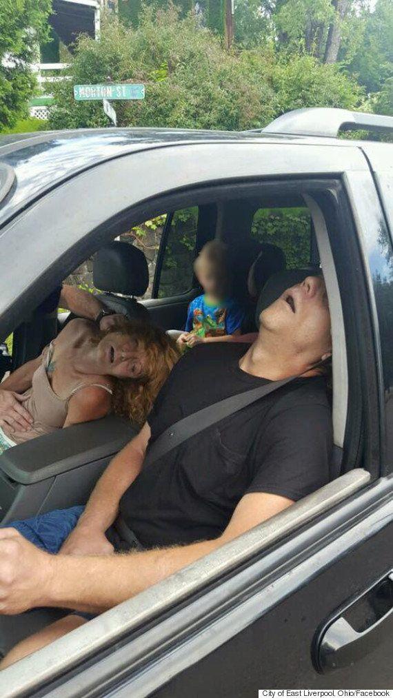 幼児乗せスリップした車、祖母は車内でヘロイン中毒になって気絶...