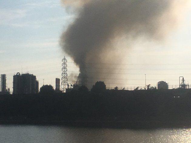 三井化学大阪工場で火災 大量の煙が石油コンビナートを覆う(写真・動画)