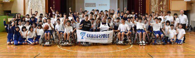 交流授業後、東京都町田市立小中一貫ゆくのき学園の生徒たちと記念撮影