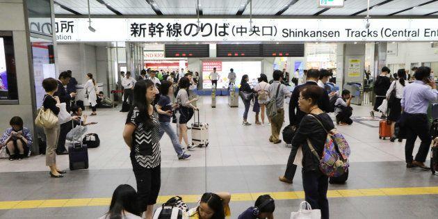 地震の影響で運転再開のめどが立たず、新幹線の改札前で途方に暮れる利用客=18日午前9時19分、JR新大阪駅