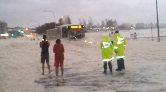 【ビデオ】道路に積もった泡の中から突然車が! 洪水での対処方法もご紹介