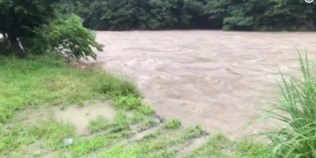 増水した川には絶対に近づいてはいけない。川岸が崩れる瞬間の動画に注目集まる