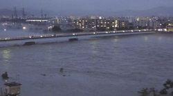 京都の桂川、氾濫危険水位に 嵐山の渡月橋が消える?