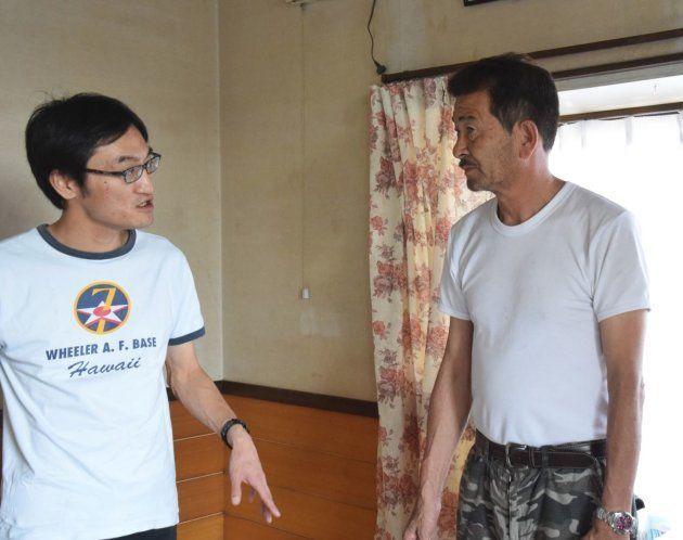 被災した知人の家を訪ねる吉川彰浩さん(左)=2015年9月
