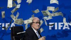 FIFAのブラッター会長に札束を投げつけた男、過去にも...(動画・画像)