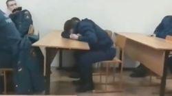 研修中に居眠りした消防士、プロ根性を忘れていなかった(動画)