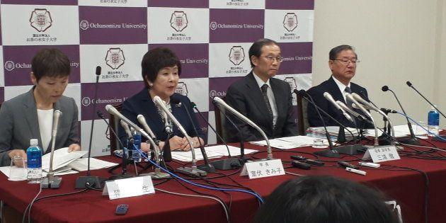 受け入れの方針を説明する室伏きみ子学長(左から2人目)=東京都文京区のお茶の水女子大学