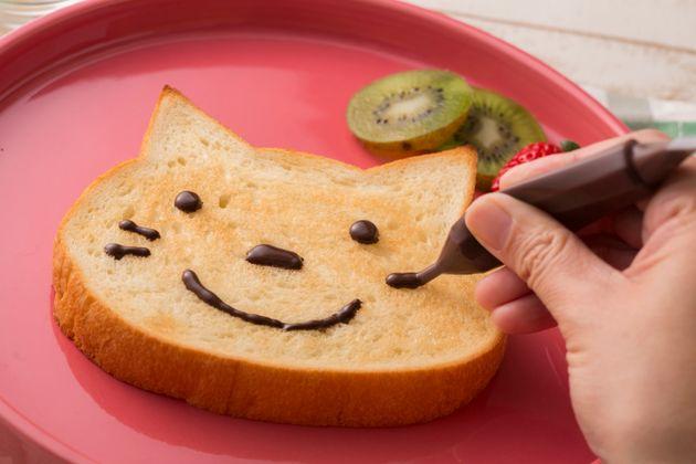 猫食パンの可愛さにメロメロにゃー、肉球ダックワーズも