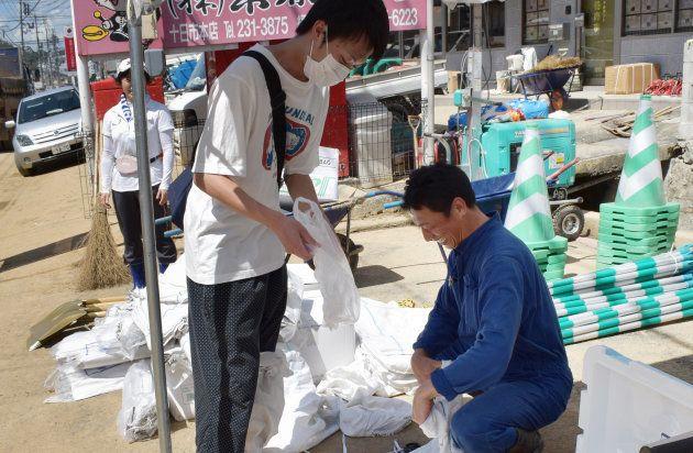 ボランティア希望者を支援する地元建設会社の白井洋志社長(右)=10日、広島市安佐北区 撮影日:2018年07月10日