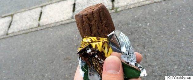 熊本地震のボランティアに参加した際、東京から持参したチョコレート味の携帯食。これ1本で164kcal。甘味も効いていて、気分転換にもなった。