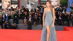 セレブたちの美しいドレスから目が離せない。ベネチア映画祭のレッドカーペット(画像集)