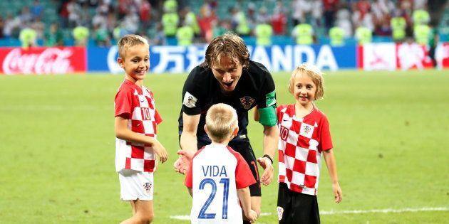 ロシア戦の終了後、子どもたちをピッチに招き入れたモドリッチ