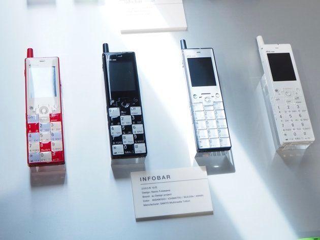 ▲発表会場に並べられていたINFOBARの歴代モデル