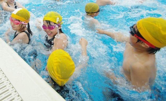 水泳の授業を楽しむ児童たち(イメージ写真)