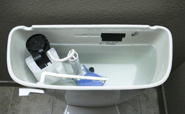 トイレのタンクの中には水位調整をするボールタップが入っている