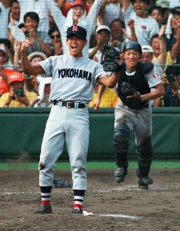 ノーヒットノーランで優勝を決めガッツポーズする横浜の松坂大輔投手(左)=1998年8月