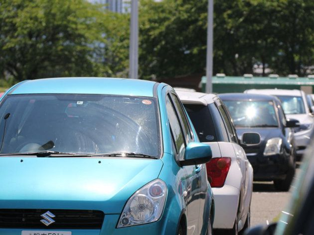 炎天下の車内、エアコンを切って1時間後には50℃超えに。生命が危険な温度
