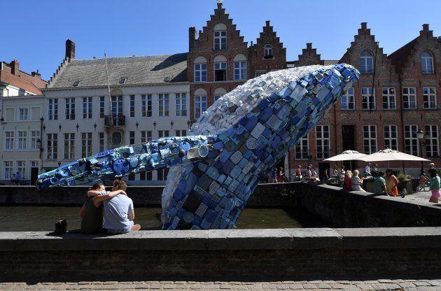 クジラのインスタレーション「スカイスクレイパー」