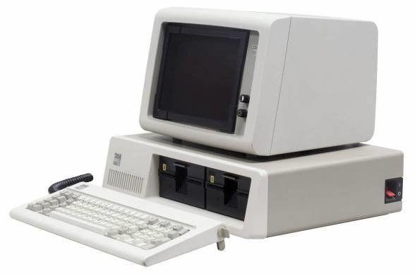 初代IBM PC 5150。幅20インチ、奥行き16インチの堂々とした本体。梨地の塗装、キーボードのカールコード、モニタの奥行も時代を感じさせる(Photo by Rama & Musée Bolo /...