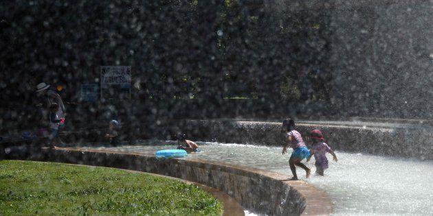 噴水で遊ぶ子どもたち
