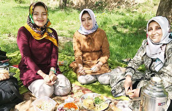 タジキスタン:花に囲まれた休日