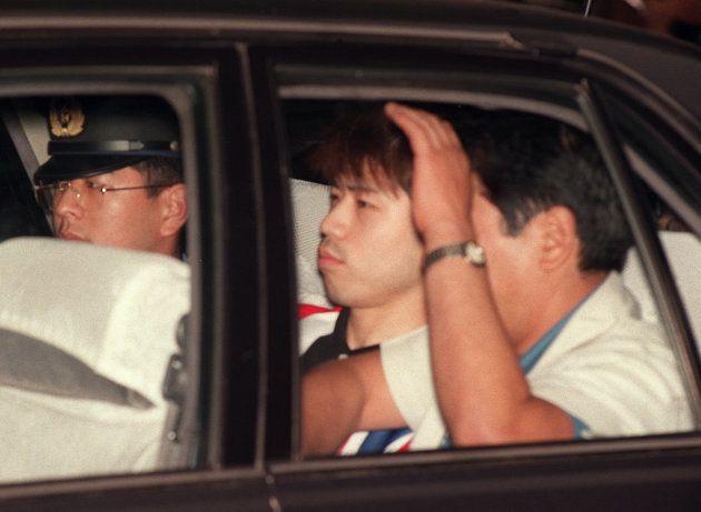 逮捕され、築地署に連行されるオウム真理教の端本悟容疑者(中央)(東京・中央区)
