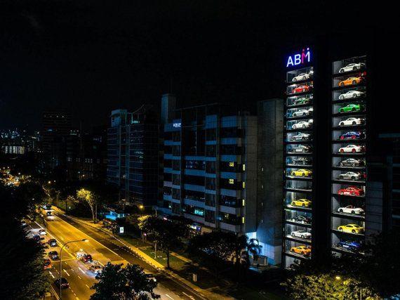 15階建て「スーパーカーの自動販売機」
