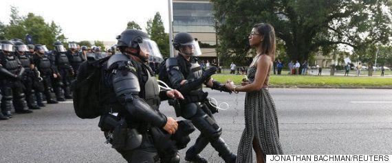 警官が84歳黒人女性に催涙スプレー使用、横暴な捜査に批判の声(動画)