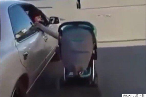 クルマを運転しながらベビーカーを押す母親の動画がネットで大炎上(動画)