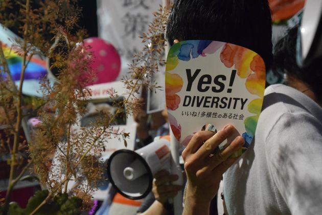 抗議活動にはうちわやプラカードを持った人々が集まった=東京都千代田区の自民党本部前、7月27日