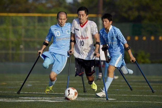 クラッチという杖を使い片足でプレイ