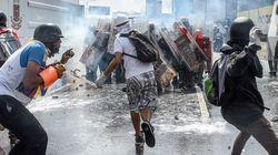 ベネズエラのデモ隊は「糞便瓶」を治安部隊に投げつけて抗議する【閲覧注意】