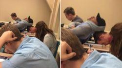 絶妙なバランスで居眠りする2人の男子学生が話題に