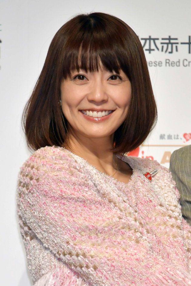 日本赤十字社が開催した「はたちの献血」キャンペーン記者発表会で司会を務める小林麻耶さん=2018年1月、東京都渋谷区