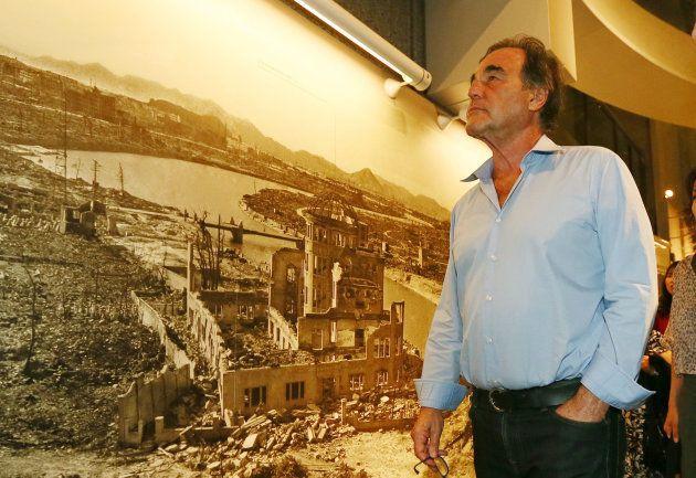 広島市の平和記念資料館を訪れ、展示品を見て回る米国の映画監督オリバー・ストーン氏=4日夜、広島市中区