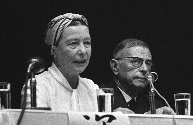 来日中のフランスの作家サルトル氏(右)とボーボワールさんはベ平連主催の討論集会に参加し、ベトナム戦争をテーマに日本人の文化人、一般参加者の質疑にこたえた(東京・有楽町の読売ホール)