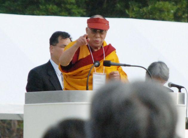 ノーベル平和賞サミットの閉会式で演説するチベット仏教最高指導者ダライ・ラマ14世(広島市)